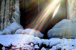 Крещенский день у водопада. / Радуга на водопаде, созданная лучами Солнца и мельчайшими капельками воды и тумана.