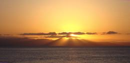 Негромко (вполголоса) солнце прощается до завтра... / Закат над Амурским заливом.