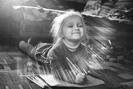 Танец света и теней / Домашняя съёмка дочки с естественным светом из окна. Блики не нарисованы, так снято.