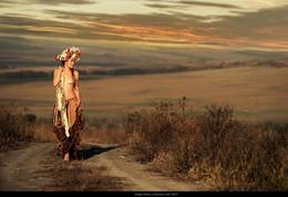 БАБЬЕ ЛЕТО .АНТОЛОГИЯ ОСЕНИ / «Бабье лето» — Ольга Берггольц Есть время природы особого света,неяркого солнца, нежнейшего зноя.Оно называетсябабье летои в прелести спорит с самою весною.Уже на лицо осторожно садитсялетучая, легкая паутина…Как звонко поют запоздалые птицы!Как пышно и грозно пылают куртины!Давно отгремели могучие ливни,всё отдано тихой и темною нивой…Всё чаще от взгляда бываю счастливой,всё реже и горше бываю ревнивой.О мудрость щедрейшего бабьего лета,с отрадой тебя принимаю… И всё же,любовь моя, где ты, аукнемся, где ты?А рощи безмолвны, а звезды всё строже…Вот видишь — проходит пора звездопада,и, кажется, время навек разлучаться……А я лишь теперь понимаю, как надолюбить, и жалеть, и прощать, и прощаться.