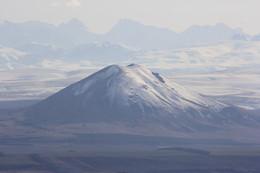 горы большие и маленькие / гора Джуца на фоне малого Кавказского хребта