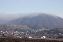 Под горой Юца расположился поселок с одноименным названием - Юца / Одна из самых невысоких гор на КМВ, и одна из самых облюбованных гор пара и дельтапланеристами. На горе ежегодно проходят всякие соревнования, просто расположение горы и воздушных потоков практически идеальны, да и климат - большую часть года здесь тепло.