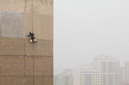 На стене / Промышленный альпинист красит стену 12-ти этажного жилого дома в плохую погоду.  https://vk.com/mikalai_nikitsin