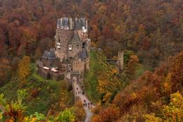 Замок Эльц / В 1840-х гг. началась реконструкция замка, начатая Карлом Эльцом. Она продолжалась более сорока лет, но это было оправдано тем, что работы велись очень осторожно. Главное, было сохранить первоначальный облик замка. По современным подсчетам, на реставрацию было потрачено почти восемь миллионов евро. Сейчас владельцем замка является граф Карл Эльц, постоянно проживающий во Франкфурте-на-Майне. Он решил открыть часть Эльца для туристов, чтобы средства тратить на поддержание исторического памятника.