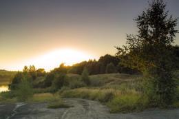 Закат... / Садилось солнце над озером.....