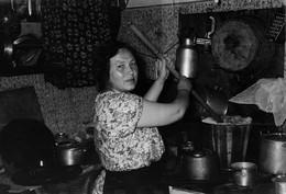 На коммунальной кухне / Соседка; кипячение белья. 1956год, первые опыты с новой советской вспышкой.