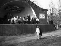 Дело было в парке / майские праздники ,площадка в парке,играет духовой оркестр...год 1985. У меня в руках Смена -8М . Пленка,скан.