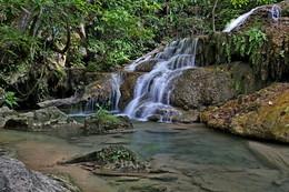 Один из семи каскадов водопада Эраван / Снимок сделан в Тайланде в апреле 2015 года.