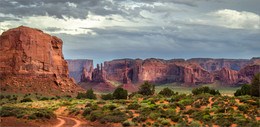 Без названия / Долина монументов знакома многим туристам по голливудским вестернам и рекламным роликам ковбойской тематики. Когда подъезжаешь к этому памятнику природы, кажется, что находишься не на Земле, а на другой планете — до самого горизонта простирается коричнево-красная пустыня, посреди которой возвышаются одиночные скалы с плоскими вершинами, окутанные сиреневатыми оттенками неба. Трудно поверить, что эти «марсианские пейзажи» не созданы человеком и  представляют собой исключительно творение природы. Миллионы лет назад  на месте нынешней пустыни плескалось море. В результате геологических  сдвигов оно поднялось, и там, где было морское дно, образовалось огромное  плато.