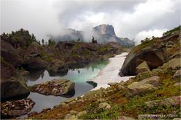 Гармония бирюзового льда / Небольшое озеро в природном парке Ергаки (Западные Саяны), окруженное огромными глыбами скальных пород, на пути с перевала к озеру Художников.