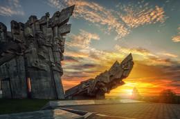 Памятник на закате / Девятый Форт-мемориал в память о жертвах Второй мировой войны в Каунасе