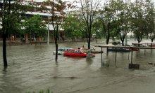 Наводнение в Минске / Минск, ул куйбышева, комаровка   Если вы пошли на рынок, а на улице сильный дождь, то ваша машина может уплыть с платной стоянки.  Интересно несут ли ответсвенность держатели платной стоянки за утонувшие машины?