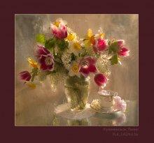Весенний букет с розовыми тюльпанами. / естественный свет, 2 кадра сведены стекло-масло и просто фото приоретет диафрагмы
