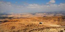 Водитель грузовика / Он ехал, как все, по пустыне, неожиданно свернул с дороги, остановился, вышел, сел на камень и стал просто смотреть в даль... А нормальные тамошние водители к пустыне относятся профессионально: они ее не любят:)