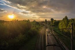 Дорога к солнцу / Не знаю почему,  Я так мечтал  На поезде поехать.  Вот – с поезда сошел,  И некуда идти.  (Такубоку)  Для сомневающихся - лучи настоящие, такие, как их увидел объектив )