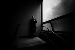 Виктор Николаевич курит в Научном Центре на лестнице / Виктор Николаевич курит в Научном Центре на лестнице