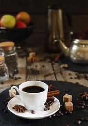 Кофе и специи / Чашка кофе на деревянном столе