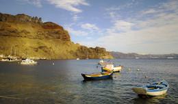 Тираси́я / Остров в Греции, в Эгейском море, второй по величине остров группы Санторини.  Тирасия — один из трёх островов (наряду с Тирой и Аспро), образовавшихся около 1627 г. до н. э. в результате взрыва Санторинского вулкана. По данным переписи 2001 года на острове жило 268 человек. Административный центр острова — Манолас (называемая также Тирасией по имени острова), есть также селения Потамос и Агиа Ирини. Основное занятие жителей — обслуживание туристов, прибывающих на однодневные экскурсии с острова Тира. Вспоминая Грецию,перебирая архивы.