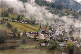 Сельва ди Кадоре. / Альпийская деревня, Сельва ди Кадоре,Италия,Доломитовые Альпы,туман,церковь.