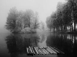 Плот плавает в пруду середниковском летом 2015 / Плот плавает в пруду середниковском летом 2015