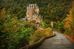 / Замок Эльц (нем. Burg Eltz) — замок в земле Рейнланд-Пфальц близ Виршема в долине реки Эльцбах, отделяющей Майфельд от предгорьев Айфеля. Замок Эльц считается наряду с дворцом Бюрресхайм единственным сооружением в Айфеле, которое никогда не подвергалось захвату и не было разгромлено. Замок уцелел даже во время войн XVII и XVIII вв. и потрясений Французской революции.