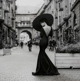 Lady in hat / ***