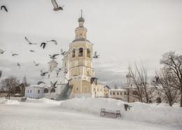 Спасо-Прилуцкий монастырь / Спа́со-Прилу́цкий Димитриев монасты́рь — православный монастырь, основанный в 1371 году в излучине реки Вологды учеником Сергия Радонежского святым Димитрием Прилуцким. Один из самых древних и больших монастырей Русского Севера. Был закрыт Советской властью в 1926 году, в 1930-е годы использовался как пересыльная тюрьма. В 1992 году полностью возвращён церкви, с тех пор — вновь действующий мужской монастырь[1]. В 1993 году в составе села Прилуки вошёл в черту города Вологды.