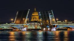 Благовещенский мост... / Благове́щенский мост (ранее также Никола́евский мост и мост Лейтена́нта Шми́дта) — разводной мост через Неву в Санкт-Петербурге. Соединяет между собой Васильевский и 2-й Адмиралтейский острова. Первый постоянный мост через Неву.