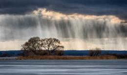 Дыхание весны / Минское море. 3 часа ходьбы и поиска чего-то необычного и всего 1 фото.  Дождь подсвечен контровым светом. Зрелищного заката так и не дождался - небо затянуло и пошёл дождь вперемешку со снегом.