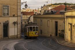 Трамвай в Лиссабоне / Трамвай на узких улочках Лиссабона