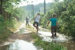 Веселье после дождя / Дети радуются лужам после дождика в деревне