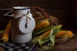 Деревенский натюрморт / Бидон, рядом кукуруза и колоски