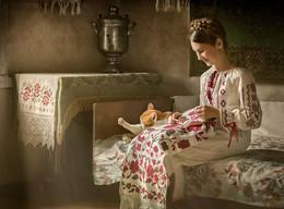 Вышивальщица и кот. / Старый, столетний дом. Настоящие пра-бабушкины вышитые полотенца. Кот тоже настоящий.)