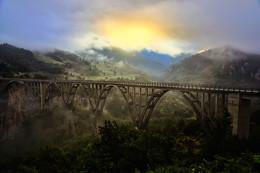 """Мост / Может кто-то помнит старый югославский военный боевик """"По следу Тигра""""? Так это тот самый мост. Мост Джурджевича через каньон реки Тара в Черногории."""
