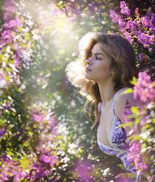 Paradise. / Цветущая сирень, лето. красивая девушка.