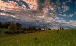 А за околицей опять тревожное небо / Вечернее-предгрозовое.