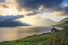 Дом у воды / Фарерские острова,Рунавик. Личное пространство у фарерцев очень высоко ценится. Приобретение жилья считается удачным,если из собсвенных окон не видно окон соседа ) .
