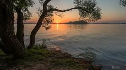 Тёплый закат / Первое число августа на минском море, куча людей и каких-то фотографов которые просто мешали снять пейзаж, но не смотря на это удалось запечатлеть яркое завершение светового дня.