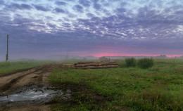 Хмурое рассветное небо,отражённое в луже / Деревенские рассветы.