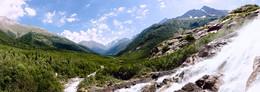 Алибекский водопад, Домбай. / Вид от Алибекского водопада на Алибекское ущелье.