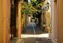 Узкая улочка / Утро на узкой улочке в старом городе...