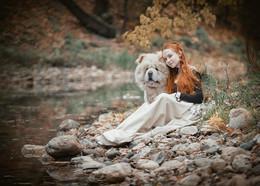 Сентябрьская дева / Я — женщина-осень. В глазах моих дождь. И в спутанных прядях опавшие листья. Я золотом вышью себе макинтош,  Надену — и в путь. Рыже-желтою кистью. Раскрашу деревья, чуть-чуть в облака Добавлю прозрачности. Небо не трону. Туман молоком разолью, чтоб река Свой сон досмотрела у устья в ладони. Я с ветром станцую испанскую страсть, И астры взорвутся цветным фейерверком. Рассыплются звезды, насытившись всласть Дурманящим запахом листьев, чуть терпким. А к вечеру, так быстротечно устав, расплачусь как девочка... рыжая фея... Ночь шторы опустит, мне сердце связав. И выключит свет... Я к утру поседею...  Ледиосень