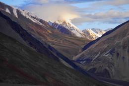 На восходе / Луч восходящего солнца освещает снежные пики. На земле еще ночь, а горы уже сияют.  Гималаи, около 4 000 м.