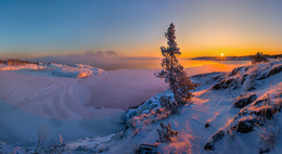 Один на острове / Зимняя Ладога богата разнообразием пейзажей: это и аскетичные виды, с каменными берегами, покрытыми льдом и снегом, с серым небом и одинокими сосенками, и огромные скальные массивы с острыми выступами и заваленные буреломом, на вершине которых высятся величественные сосны, и волны, накрывающие, будто топором вырубленные льдины, у песчаных и каменных берегов, и северное небо, сквозь тугие тучи которого прорываются лучи холодного солнца, и гранитные чаши зеркальных озер.  Карелия, Ладожское озеро. Зима, 2016 года. Друзья, открываю бронирование мест на свой авторский фототур по зимнему Ладожскому озеру. Новогодние каникулы можно провести в зимней сказке заснеженных островов и заодно комфортно отдохнуть в коттедже со всеми удобствами на берегу Ладоги.   Подробности здесь https://vk.com/topic-69994899_34929759 (контакт) и https://www.facebook.com/notes/фотохудожник-фёдор-лашков/фототур-зимняя-ладога/1788707018055600/ (фейсбук)