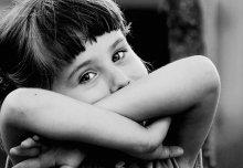 Грань детства / Снимал дочку своего друга. И вдруг она закрылась руками и посмотрела на меня как взрослая - а ей всего 4.