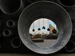 Взгляд на город сквозь трубы... / гуляя по Астане, центральный бульвар Нуржол, арт-объект