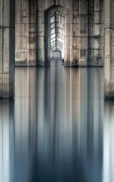 Под позвоночником моста... / Мост, река, отражение и ветер...