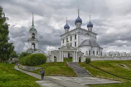 гроза приближается... / лето, Волга, пос. Катунки, Церковь Рождества Богородицы.