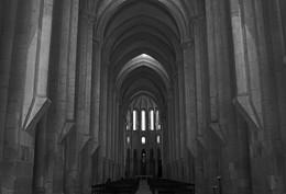 В ожидании звуков органа / Главный неф храма Санта-Мария де Алкобаса, Португалия.