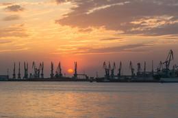 Садилось солнце за морским портом / На фото торговый порт г. Бердянск